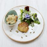Steckrüben-Rösti mit Quinoa-Risotto und Wildkräutersalat
