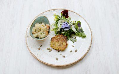 Rösti von Steckrübe und Kürbiskernen an buntem Wildkräutersalat mit Quinoa-Risotto