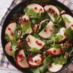 Blattsalat mit Granatapfel und Walnüssen