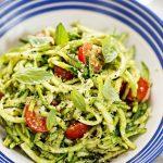 Zucchinispaghetti mit Pesto und Cocktailtomaten