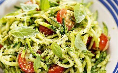 Zucchini-Spaghetti mit Kirschtomaten und Pesto