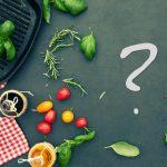 Schiefetafel mit Grillpfanne und Gemüse