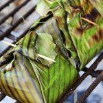 Hähnchen im Bananenblatt auf Grill