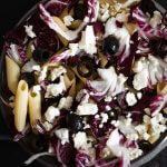 Rezepte Radicchio Nudelsalat mit Oliven in einer Schüssel