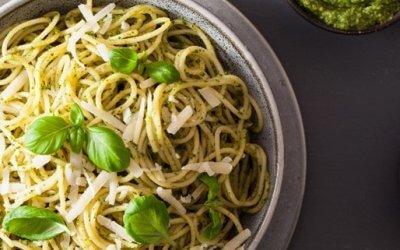 Vollkornspaghetti mit Avocado-Basilikum-Pesto
