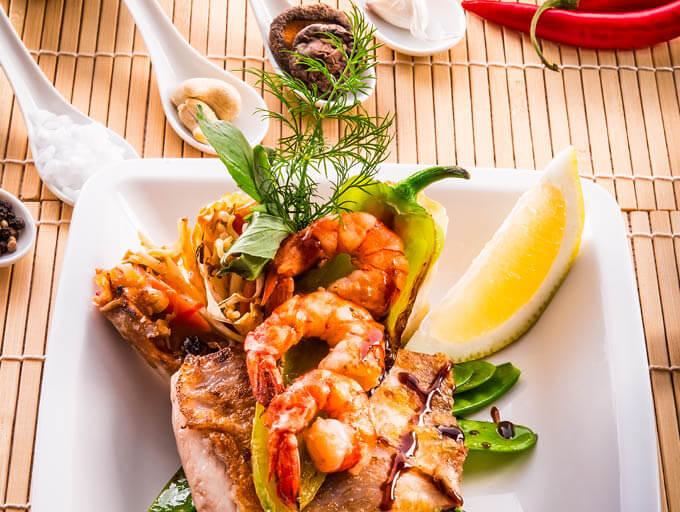 Asiatisches Essen frisch zubereitet auf Teller