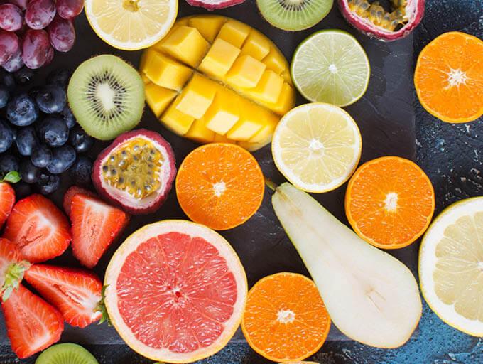 Mango, Orangen, Kiwi aufgeschnitten