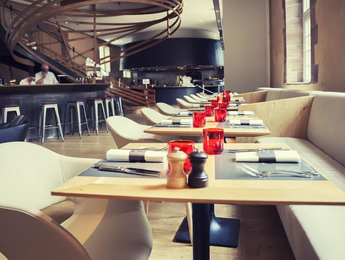 Stylisches Restaurant mit gedecktem Tisch