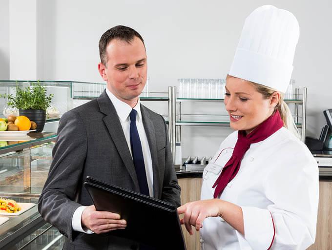 Dorfner Catering Beratungsgespräch Kunde und Köchin