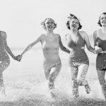 Körpertrends Frauen im Badeanzug am Meer