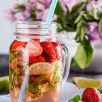 Ein Glas mit selbstgemachter Erdbeer-Limonade