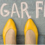 Weibliche Füße auf grauen Bürgersteig. mit Text zuckerfrei daraufgeschrieben