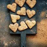 Hafer-Cookies mit Schoko in Herzform