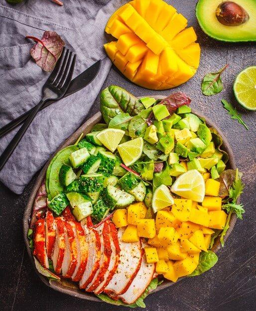 Avocado-Mango-Salat mit Wildhasenrücken und mit Ziegenkäse gratiniert