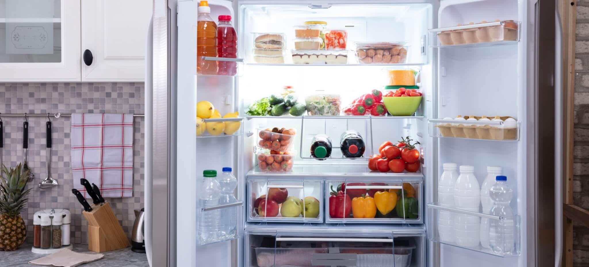 ein offener Kühlschrank mit frischem Obst und Gemüse und frischem Obst und Gemüse