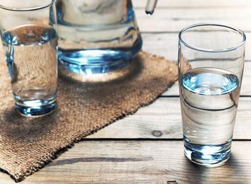 Krug und Gläser mit Wasser gefüllt
