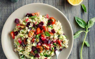 Brauner Reis-Salat mit Äpfeln, Walnüssen und Tomaten
