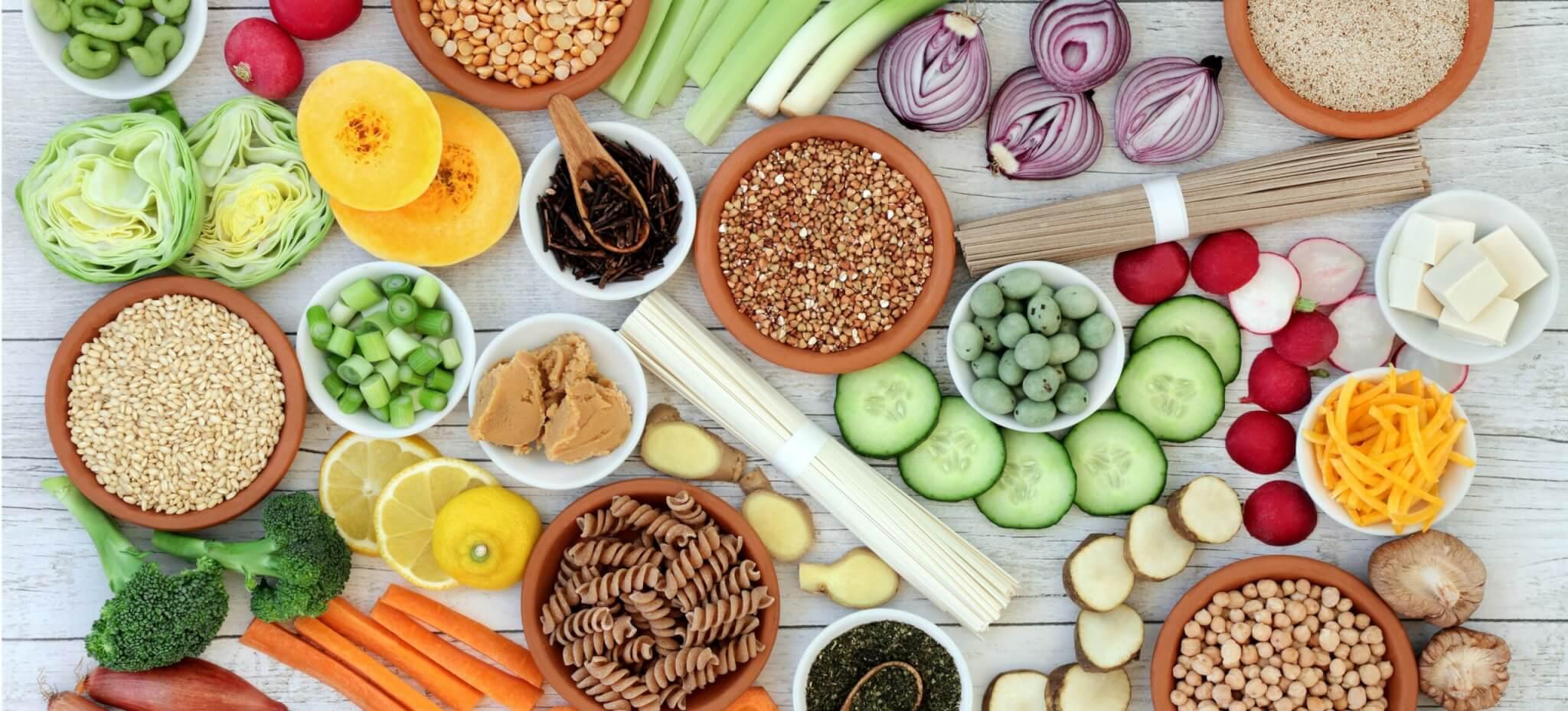 Ein Herz mit einer EKG-Linie aus roten Früchten und rotem Gemüse stehen für eine herzgesunde Ernährung.
