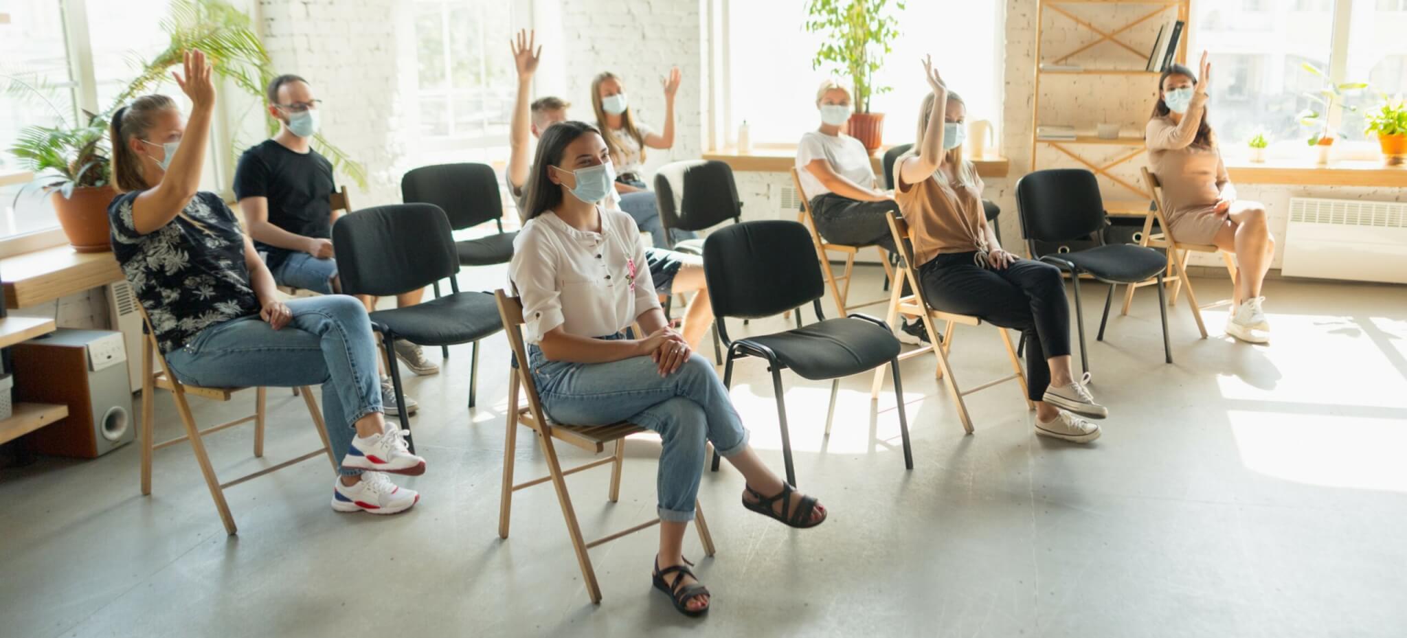 Schulung, Seminarteilnehmer mit Masken