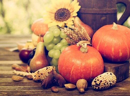 Dekoration aus herbstlichen Lebensmitteln