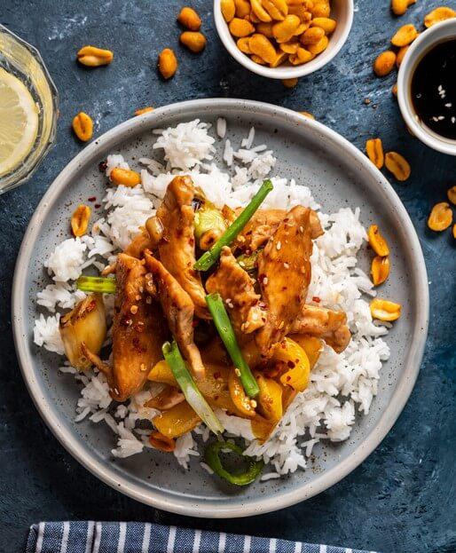 Curry mit gebratenem Hähnchenfleisch, Chili und Nüssen