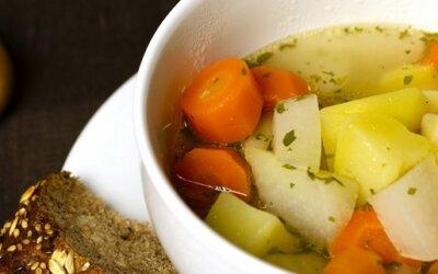 Frühlingstopf mit frischem Gemüse, Hirse und Kräutern